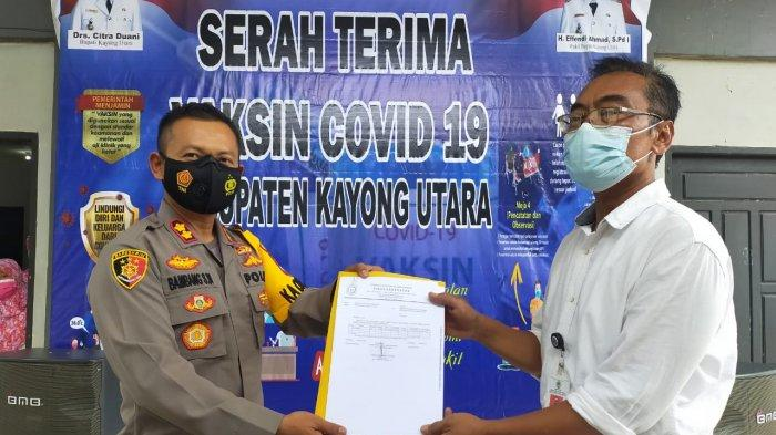 Personel Polres Kayong Utara Kawal Kedatangan Vaksin Sinovac dari Bandara ke Dinas Kesehatan