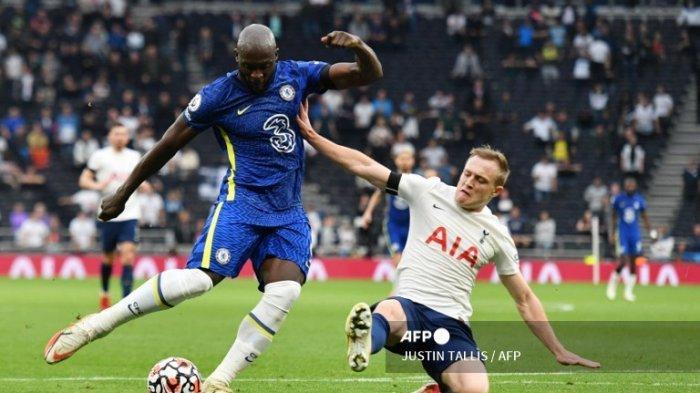 Penyerang Chelsea Romelu Lukaku berusaha membuat sebuah tembakan ke gawang Tottenham Hotspurs dalam lanjuta Liga Primer Inggris pekan ke 5 Senin 20 September 2021 dini hari WIB