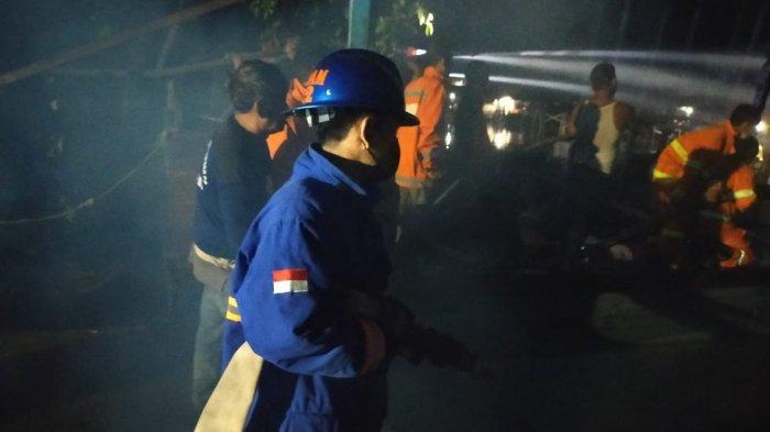 Petugas pemadam kebakaran memadamkan api yang menghanguskan Kapal KM Nirwana pengangkut BBM jenis Premium dan Solar tujuan Batu Ampar di Pelabuhan Jumbo Kec. Rasau Jaya Kab. Kubu Raya. Pada hari Rabu tanggal 2 Juni 2021 sekira pukul 21.00 Wib