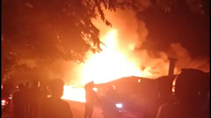 BREAKING NEWS - Kebakaran Hanguskan Dua Rumah dan Tiga Kios di Pontianak
