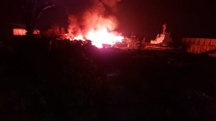 BREAKING NEWS - Mess Pekerja di Bawah Jembatan Landak Pontianak Terbakar
