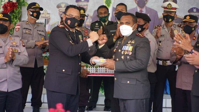 Kapolres Kapuas Hulu bersama rombongan berikan kejutan Tumpeng dalam rangka Hari Ulang tahun TNI ke- 76 di Mako Kodim 1206/psb, Selasa 5 Oktober 2021.