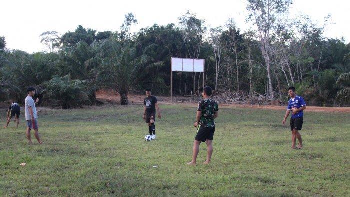 Jaga Stamina, Satgas TMMD Olahraga Bermain Bola Kaki Bersama Pemuda Dusun Sekura