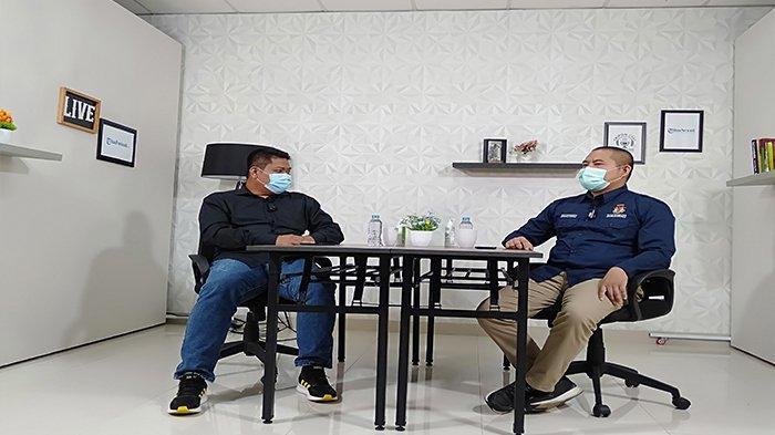 Komisioner KPU Kabupaten Sambas Martono, saat berdiskusi tentang persiapan debat kandidat calon Bupati dan Wakil Bupati Sambas, di kantor Tribun Pontianak, Sabtu 7 November 2020.
