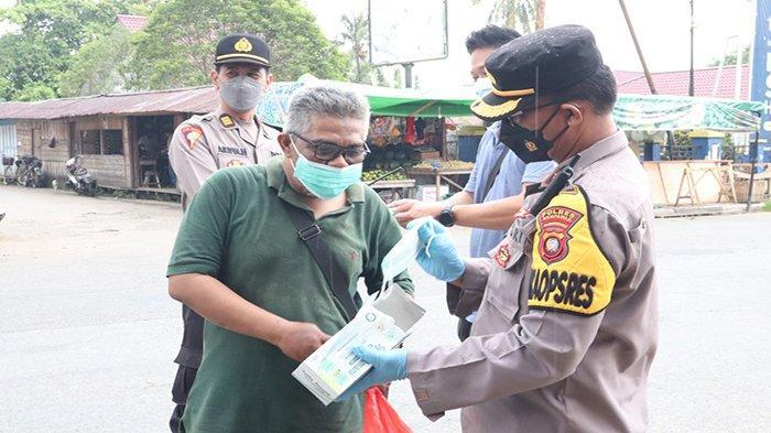 Polres Mempawah Inisiatif Bagikan Masker Demi Tingkatkan Kesadaran Masyarakat Terhadap Bahaya Covid