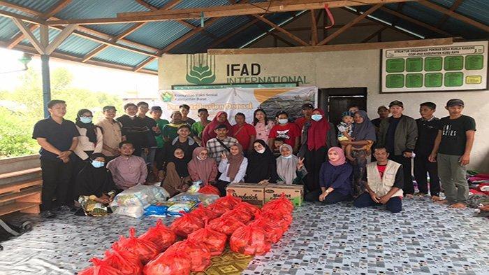 Pendistribusian Donasi oleh Komunitas Bakti Sosial Kalbar di Desa Kuala Karang Teluk Pakedai