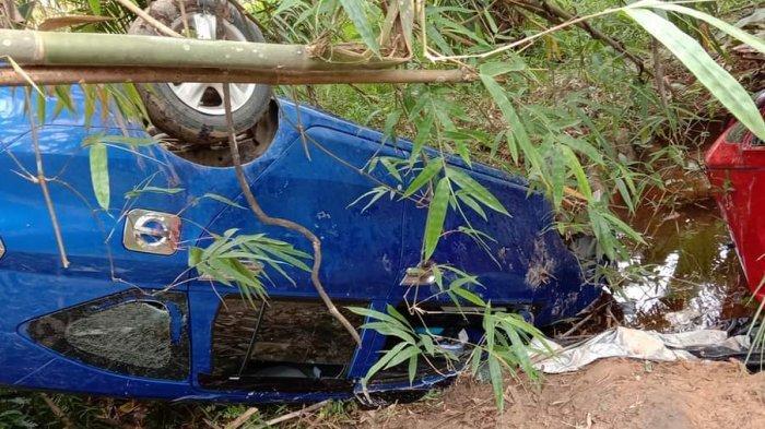 Kondisi dua mobil Daihatsu Sigra warna biru dengan nomor polisi KB 1739 LE dan Daihatsu Sigra warna merah nomor polisi KB 1609 LE yang masuk ke jurang.