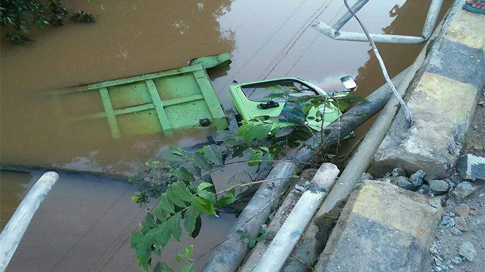 BREAKING NEWS - Dump Truk Bermuatan Tabung Elpiji Nyebur ke Sungai di Sekadau Hilir