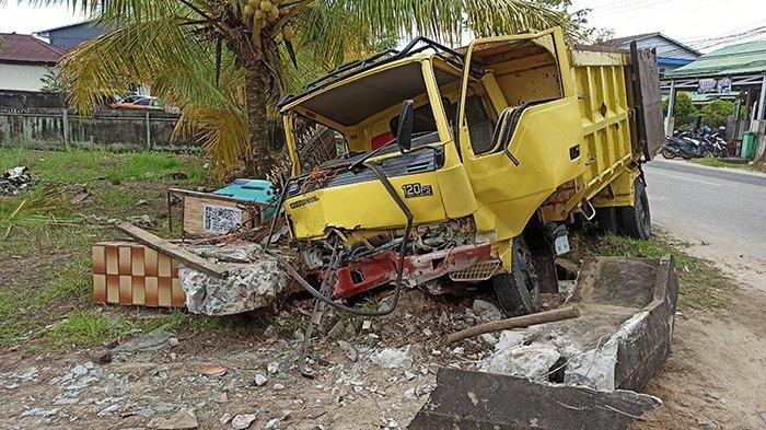 Truck Bermuatan Tabrak Pagar Rumah di Jalan Alianyang Singkawang Hingga Hancur