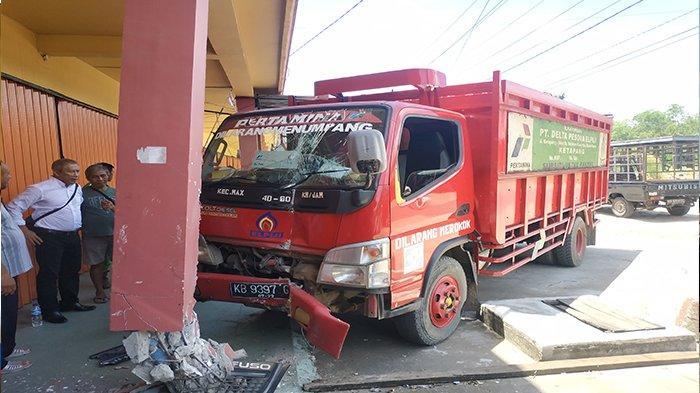Mobil Pengangkut Gas LPG 3 Kg Tabrak Bangunan Ruko di Jalan Mayjend Sutoyo Ketapang