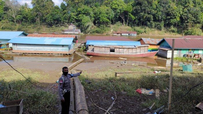 Personel Polsek Ambalau Lakukan Monitoring Pasca Banjir, Ini Imbauan Yang Disampaikan Kepada Warga