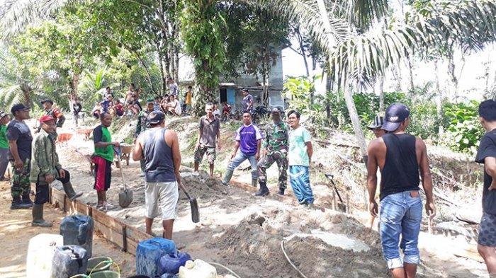 Koramil 11 Ngabang Bersama Warga Dusun Pesayangan Bangun Jalan Rabat Beton