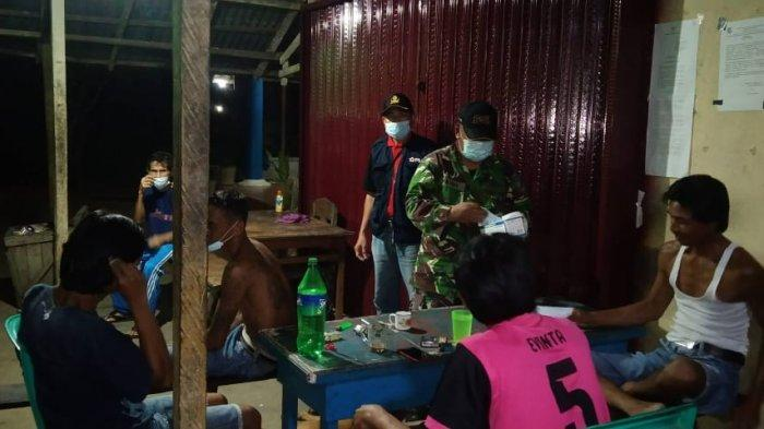 Personel Koramil 1201-05/Toho beserta Personel Polsek Toho menggencarkan patroli malam di wilayah Kecamatan Toho, Kabupaten Mempawah, Selasa 8 Juni 2021 malam.