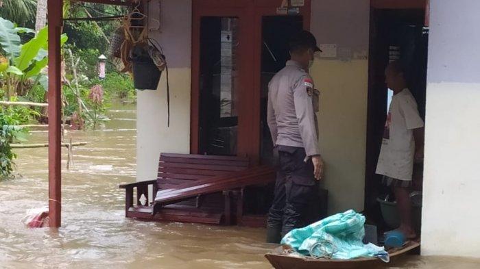 Kapolsek Sanggau Ledo Bantu Evakuasi Warga Korban Banjir di Dusun Duginang