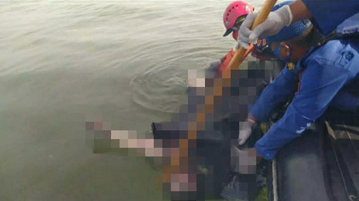 EVAKUASI - Detik-detik Tim SAR Pontianak mengevakuasi korban kapal tenggelam di perairan laut Kalimantan Barat (Kalbar), Sabtu 17 Juli 2021 pagi WIB. Tim SAR menemukan tiga korban meninggal dunia dalam tragedi 14 kapal tenggelam di perairan laut Kalbar.