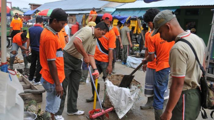 Korem Bersihkan Pasar Mesuka di Sintang