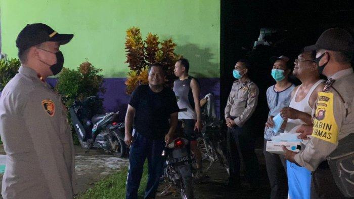 Kapolsek Kota Baru Bersama Personel Patroli Jalan Kaki Susuri Pasar Beri Imbauan & Bagikan Masker