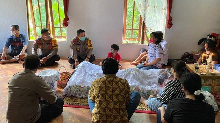 Wujud Ungkapan Bela Sungkawa, Kapolres Sanggau Melayat ke Rumah Personel Yang Meninggal Dunia