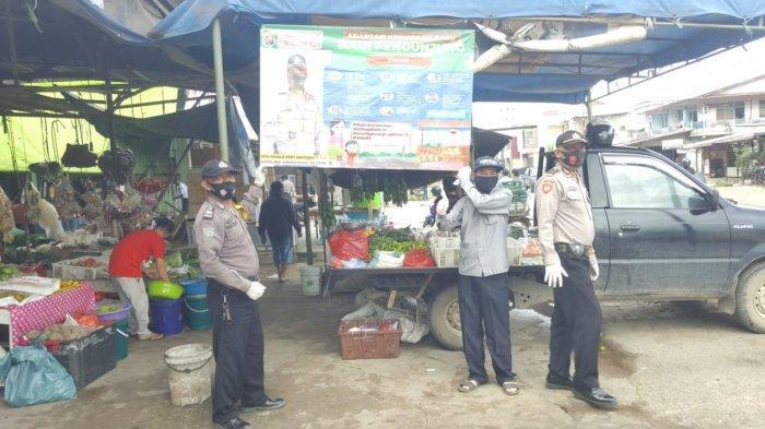 Kapolsek Singkawang Selatan Pasang Banner Adaptasi Kebiasaan Baru di Pasar-pasar
