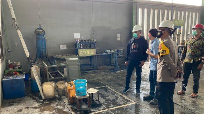 Personel Polres Kubu Raya mendatangi Gudang atau bengkel Pemeliharaan Tabung LPG 3 KG) PT Borneo Oksigen di Jalan Mayor Jl Trans Kalimantan, Kecamatan Sungai Raya, Sabtu 17 April 2021