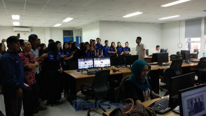 FOTO: Kunjungan SMK Negeri 1 Jawai Selatan Sambas ke Tribun Pontianak - kunjungan-siswi-smk-negeri-1-jawai-selatan02.jpg