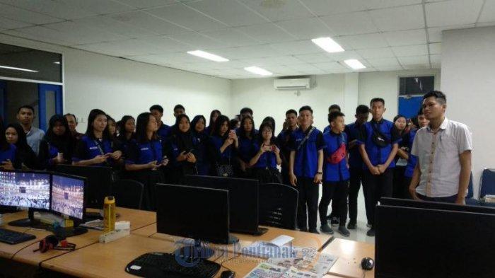 FOTO: Kunjungan SMK Negeri 1 Jawai Selatan Sambas ke Tribun Pontianak - kunjungan-siswi-smk-negeri-1-jawai-selatan04.jpg