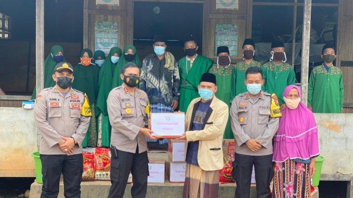 Kunjungi Pondok Pesantren dan Panti Asuhan, Kapolres Melawi Salurkan Bantuan Sembako dan Uang Tunai