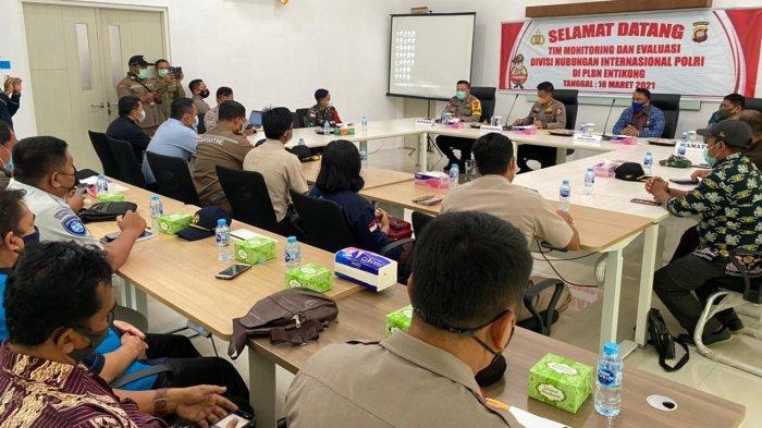 Tim Monitoring dan Evaluasi Divisi Hubungan Internasional Polri Kunjungan Kerja ke PLBN Entikong