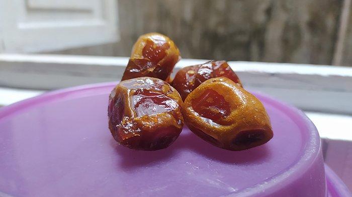 Kurma merupakan buah dan jenis makanan yang akan banyak kamu temui. Dari mulai pinggir jalan, swalayan-swalayan hingga dengan platform media online akan memasarkan berbagai jenis kurma untuk berbuka puasa.