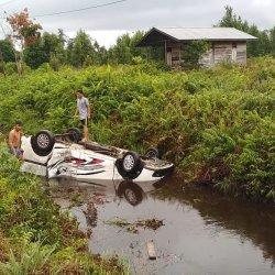 Mobil Nissan Masuk ke Parit di Kalis, Satu Penumpang Terluka