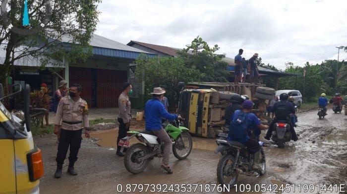 Kapolsek Singkawang Timur Beserta Anggota dan Warga Evakuasi Truk yang Kecelakaan di Jalan Raya