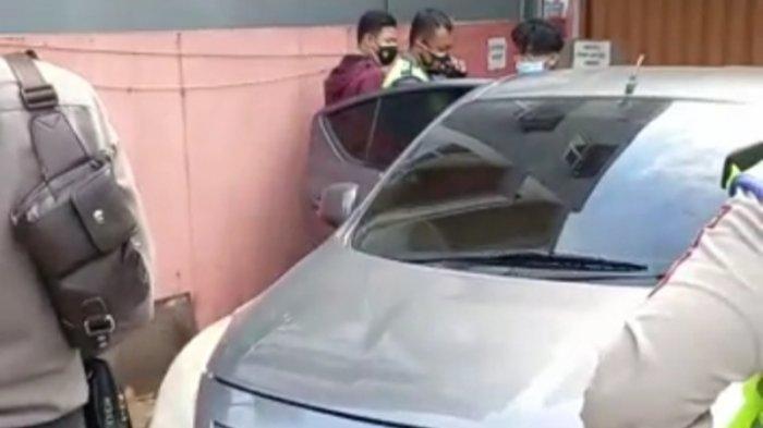 Berbuat Asusila Dalam Mobil, Pasangan Muda Kedapatan Tanpa Busana Saat Digerebek Warga