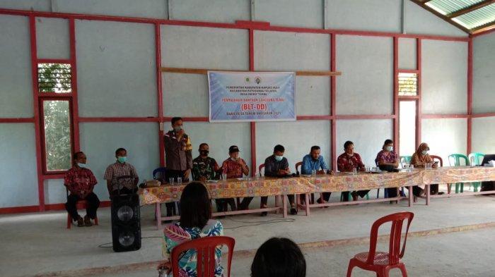 Bripka Muchtarudin hadiri Penyaluran Bantuan Langsung Tunai dari Dana Desa ( BLT-DD ) Bulan Januari Tahun Anggaran 2021 Desa Ingko' Tambe Kecamatan Putussibau Selatan, Kamis 8 Juli 2021