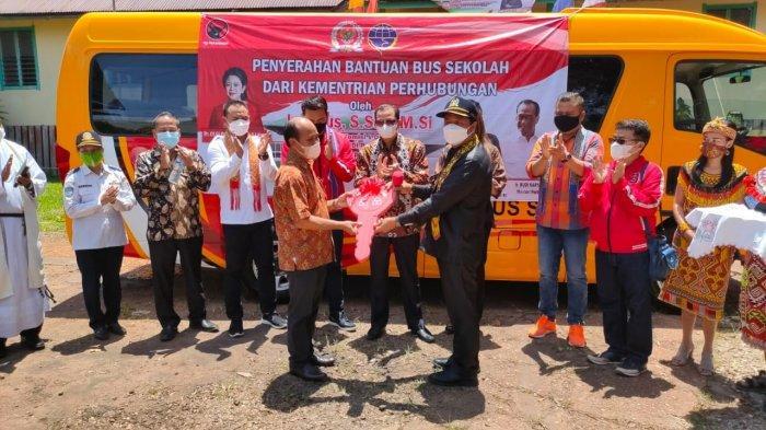 Sambangi Kabupaten Kapuas Hulu, Lasarus Serah Terima Bantuan Bus kepada Sekolah Karya Budi