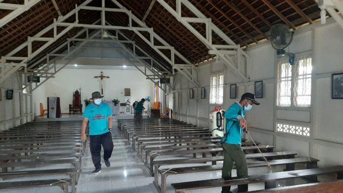 Cegah Penyebaran Corona, Polisi dan Gugus Tugas Covid-19 Semprot Tempat Ibadah dengan Disinfektan