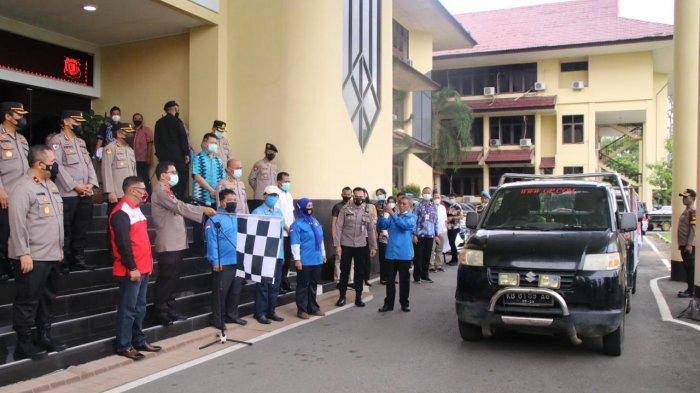 Memperingati Hari Buruh Sedunia, Polda Kalbar menggelar kegiatan Bhakti Sosial penyerahan sembako berupa beras sebanyak 7 ton kepada Serikat Buruh di Provinsi Kalimantan Barat, Jumat 30 April 2021