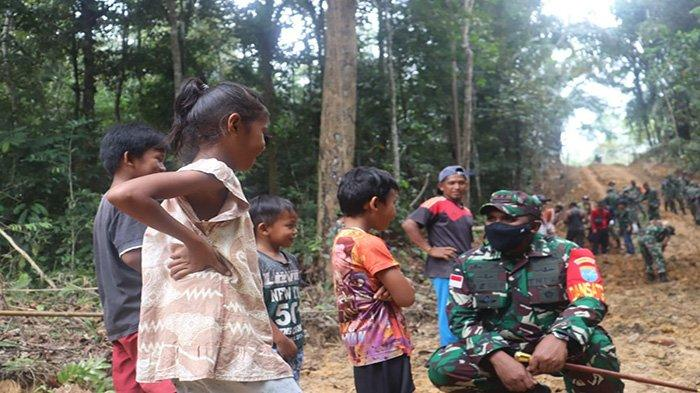 Dandim Ketapang Puji Kedekatan Letkol Inf Jemi Dengan Anak-anak Dusun Tintin Kemantan