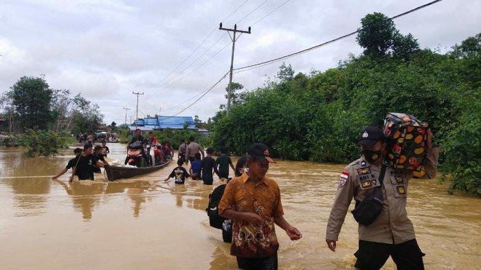 Personel Polsek dan Koramil Jongkong Gelar Patroli, Bantu Masyarakat Lewati Banjir
