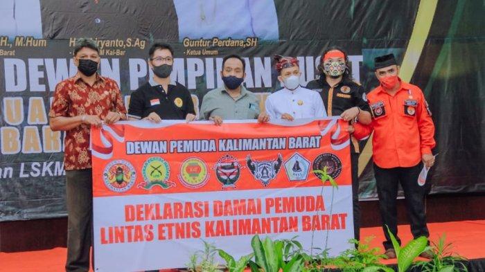 Sejumlah pemuda lintas etnis di Kalimantan Barat melaksanakan deklarasi damai di Hotel Kapuas Palace, Selasa 15 Juni 2021.