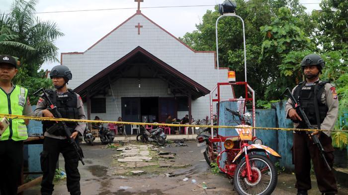 Aparat Bersenjata Lengkap Bersiaga di Gereja Samarinda Yang Di Bom