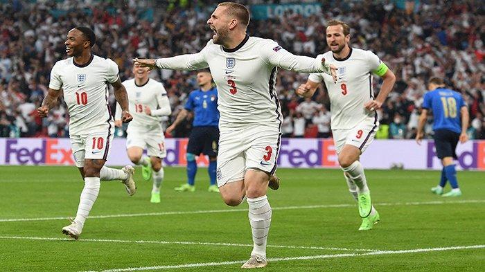 FINAL EURO - Selebrasi bek Timnas Inggris Luke Shaw (tengah) setelah mencetak gol pertama pada menit ke-2, final UEFA EURO 2020 antara Italia vs Inggris, di Stadion Wembley London, Inggris, Senin 12 Juli 2021 dini hari WIB.