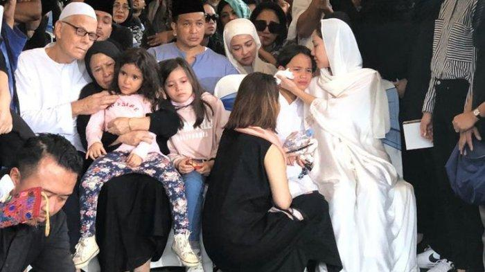 Luna Maya dan Ayu Dewi Hadiri Tahlilan di Rumah Duka Ashraf Sinclair, Beberkan Kondisi BCL dan Noah