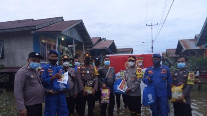 Kapolres Salurkan Bansos Pasca Banjir di Putussibau Selatan Kapuas Hulu