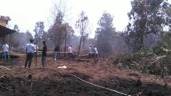 Prihatin Kebakaran Lahan, Mahasiswa Untan Bantu Pemadaman Di Areal Jalan Sepakat II Untan