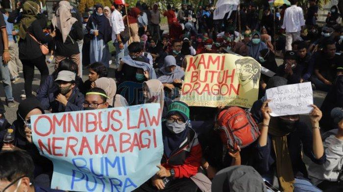 FOTO: Mahasiswa Kembali Gelar Aksi di DPRD Kalbar