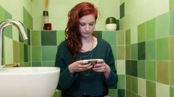 AWAS Bahaya Mainkan Ponsel di Toilet, Penyakit Ini Mengintai Seperti Diungkap Dokter Spesialis