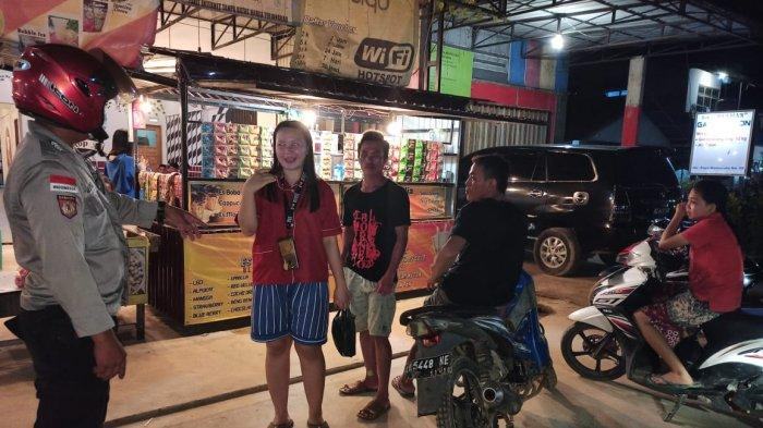 Patroli ke Kafe-kafe, Personel Polsek Monterado Sampaikan Imbuan 5M kepada Warga