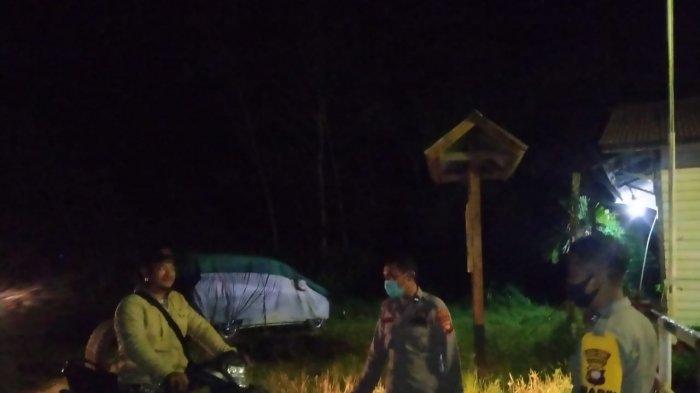 Polsek Manukung dan Keamanan PT Sari Bumi Kusuma Lakukan Penyekatan di Perbatasan Kalbar-Kalteng