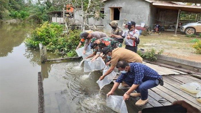 Bentuk Kepedulian Terhadap Keberlanjutan Lingkungan, PT CITA Tebar Seribu Ekor Ikan Lokal