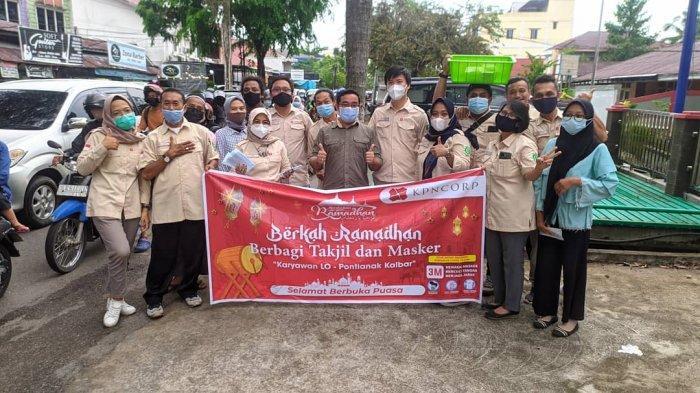 Manajemen KPN Corp Berbagi Takjil dan Masker pada Ramadan 1442 H